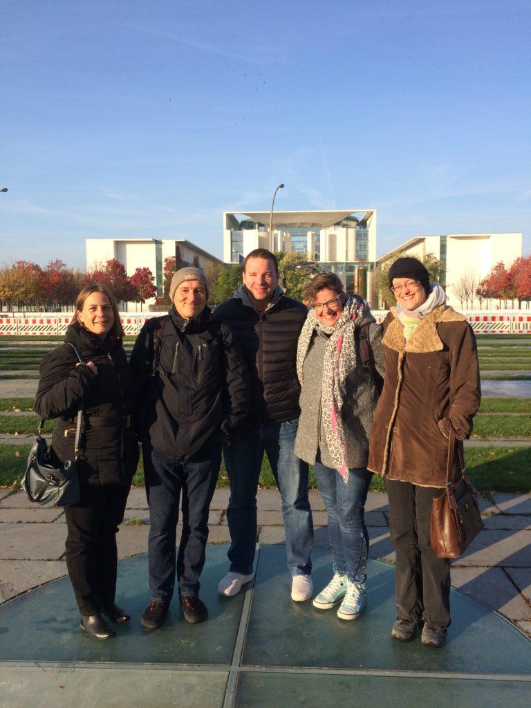 VGSD-Reisegruppe vor dem Bundeskanzleramt