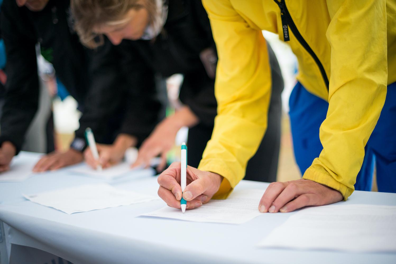 Menschen beim Zeichnen einer Petition