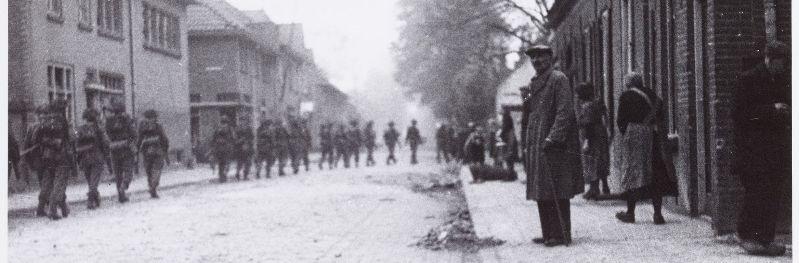 Pastoor van Beugenstraat, 1944. Engelse soldaten bevrijden Oisterwijk. Fotograaf onbekend-Collectie Regionaal Archief Tilburg 57734