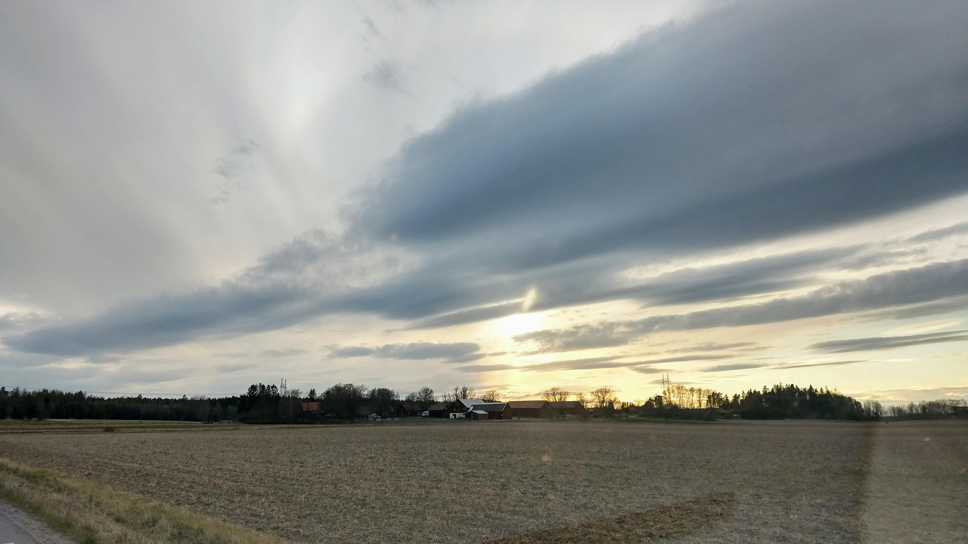 Rönna under dramatisk himmel
