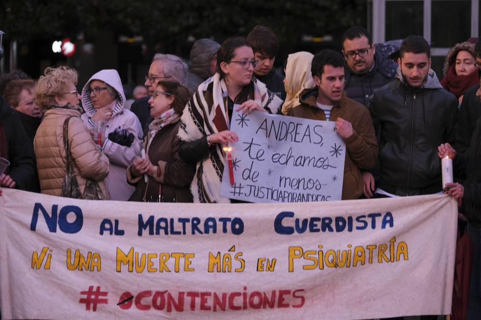 """Demonstration in Oviedo for the death of Andreas, April 2017. Group of people holding signs saying """"Andreas, te echamos de menos #JusticaporAndres"""" and """"No al maltrato cuerdista, ni una muerte mas en psiquiatria"""""""