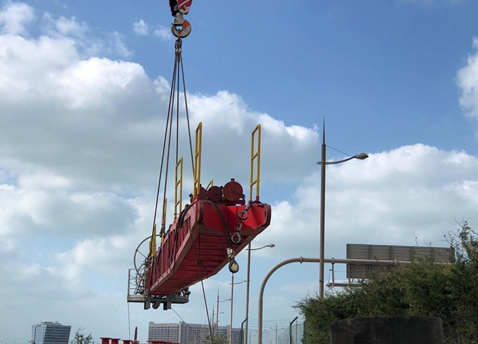 A crane next to a traffic light  Description automatically generated