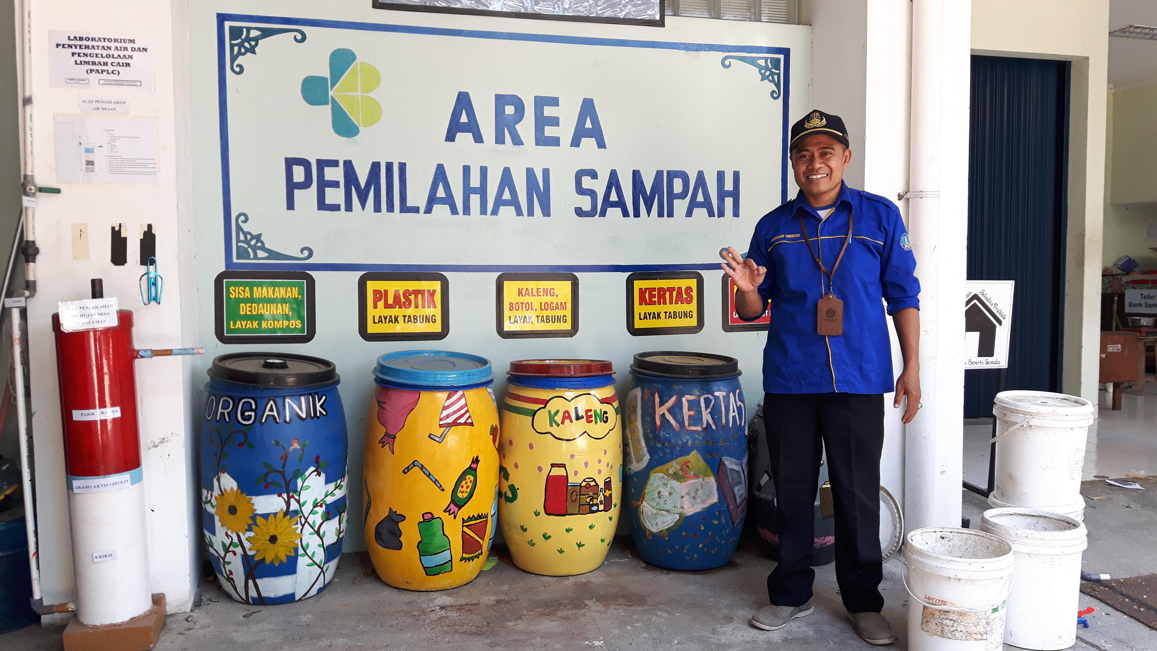Bambang Suwerda vor seiner Müllbank