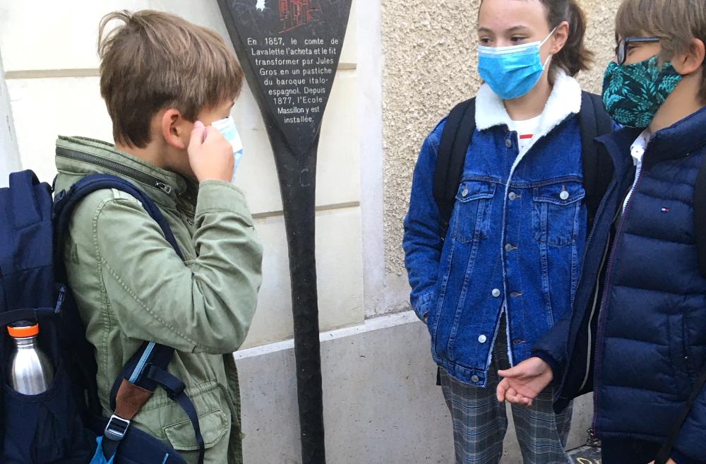 Schüler*innen mit Maske