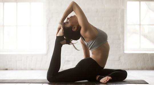 Lenig worden. Vrouw in yogahouding