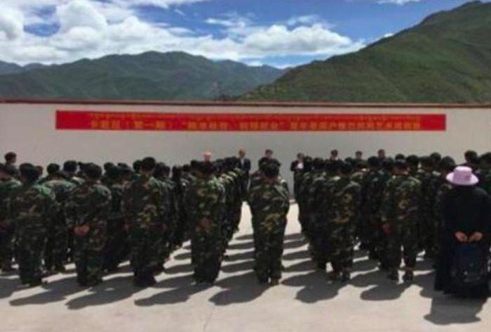 Tibetanen in legeruniform, in een werkkamp van China (CCP)