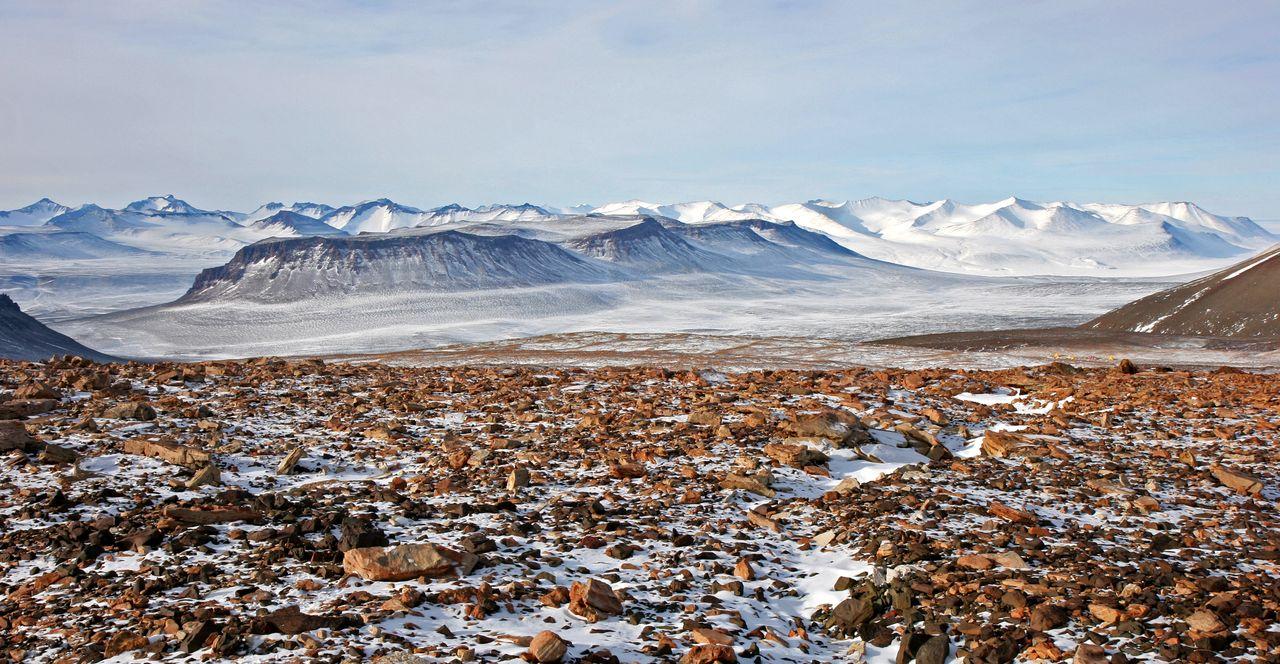 Figuur 1. Mount Boreas in de Olympus Range in de westelijke Dry Valleys (Antarctica) waar een deel van het materiaal werd verzameld (foto ©Allan C. Ashworth)
