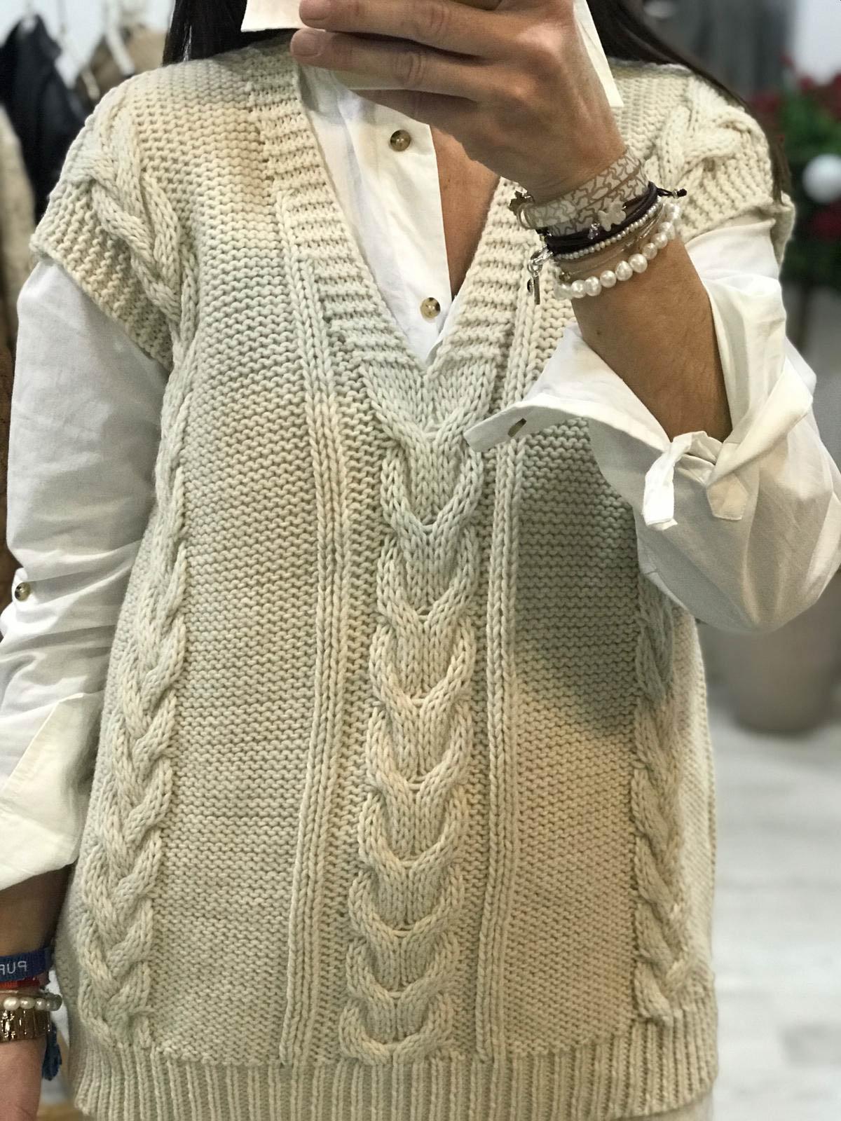 Detalle chaleco de pico de mujer