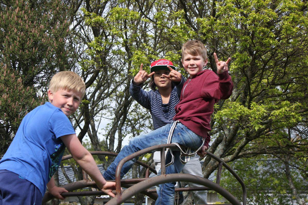 Kuvituskuva lapsia leikkipuistossa