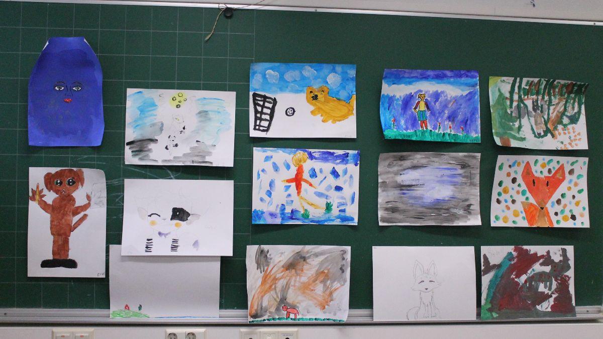 Kuvituskuva maalauksia seinällä