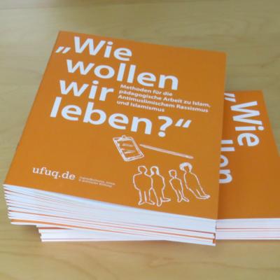 Stapel der ufuq.de-Publikation Methoden für die pädagogische Arbeit zu Islam, Antimuslimischem Rassismus und Islamismus; Bild: ufuq.de