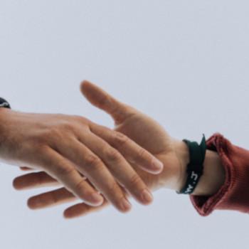 Symbolbild Resilienz, zwei Hände; Bild: Austin Kehmeier/unsplash.com