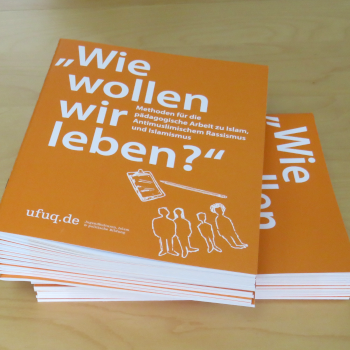 Stapel der ufuq.de-Methodenhefte Wie wollen wir leben; Bild: ufuq.de