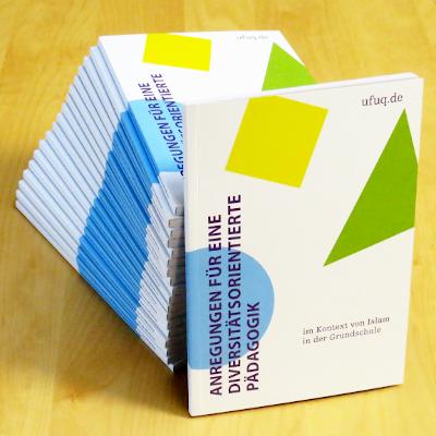 Stapel der ufuq.de-Publikation zur diversitätsorientierten Pädagogik im Kontext von Islam in der Grundschule; Bild: ufuq.de
