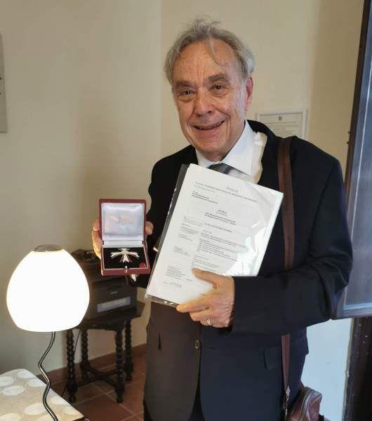 Mario Schwarz mit Orden und Urkunde