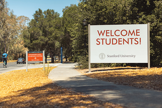 A sign welcoming students to campus