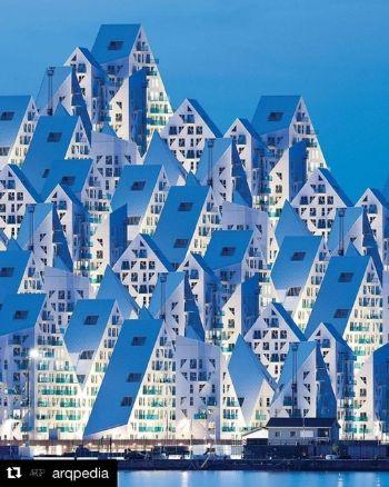 Upravená fotografie ledovcového městečka v Aarhusu. Autor IG @arqpedia