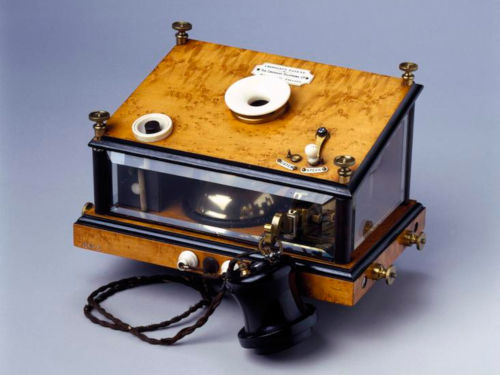 Crossley table top telephone. Image cedit: Science Museum under licence CC BY-NC-SA 4.0