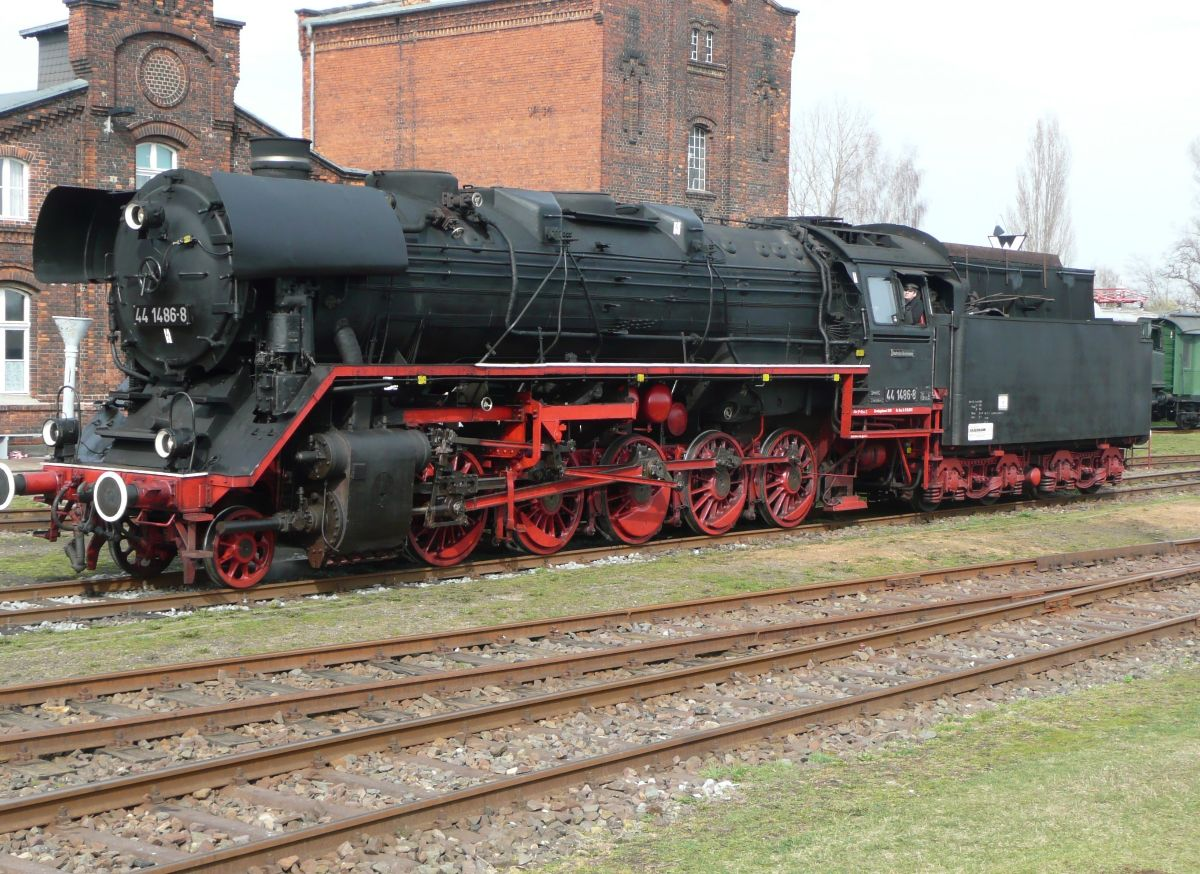 DB 44 1486 στο παραδοσιακό μηχανοστάσιο του Staßfurt
