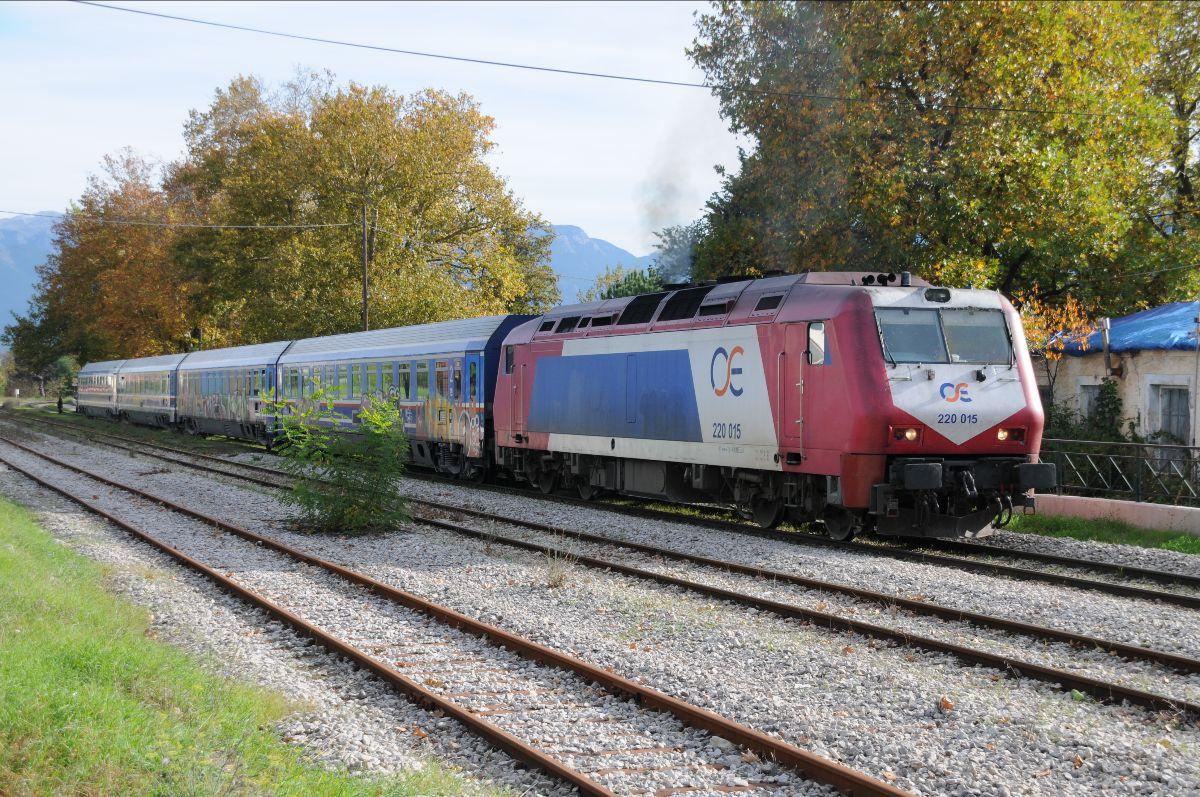 H ADtranz 220 015 περνάει από τον Σταθμό του Μπράλου, 14.11.2009