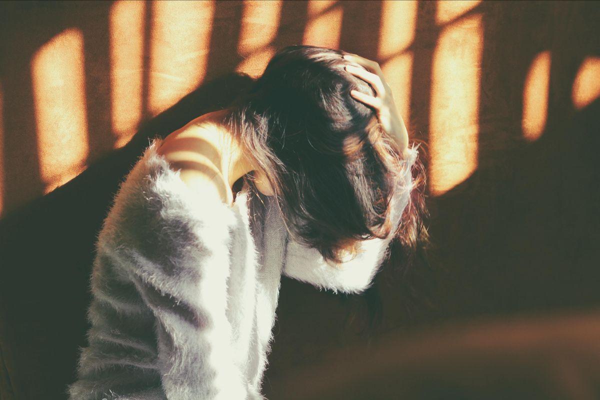 Trykkende hodepine og det blir verre ved stress, les mer om behandlingen.
