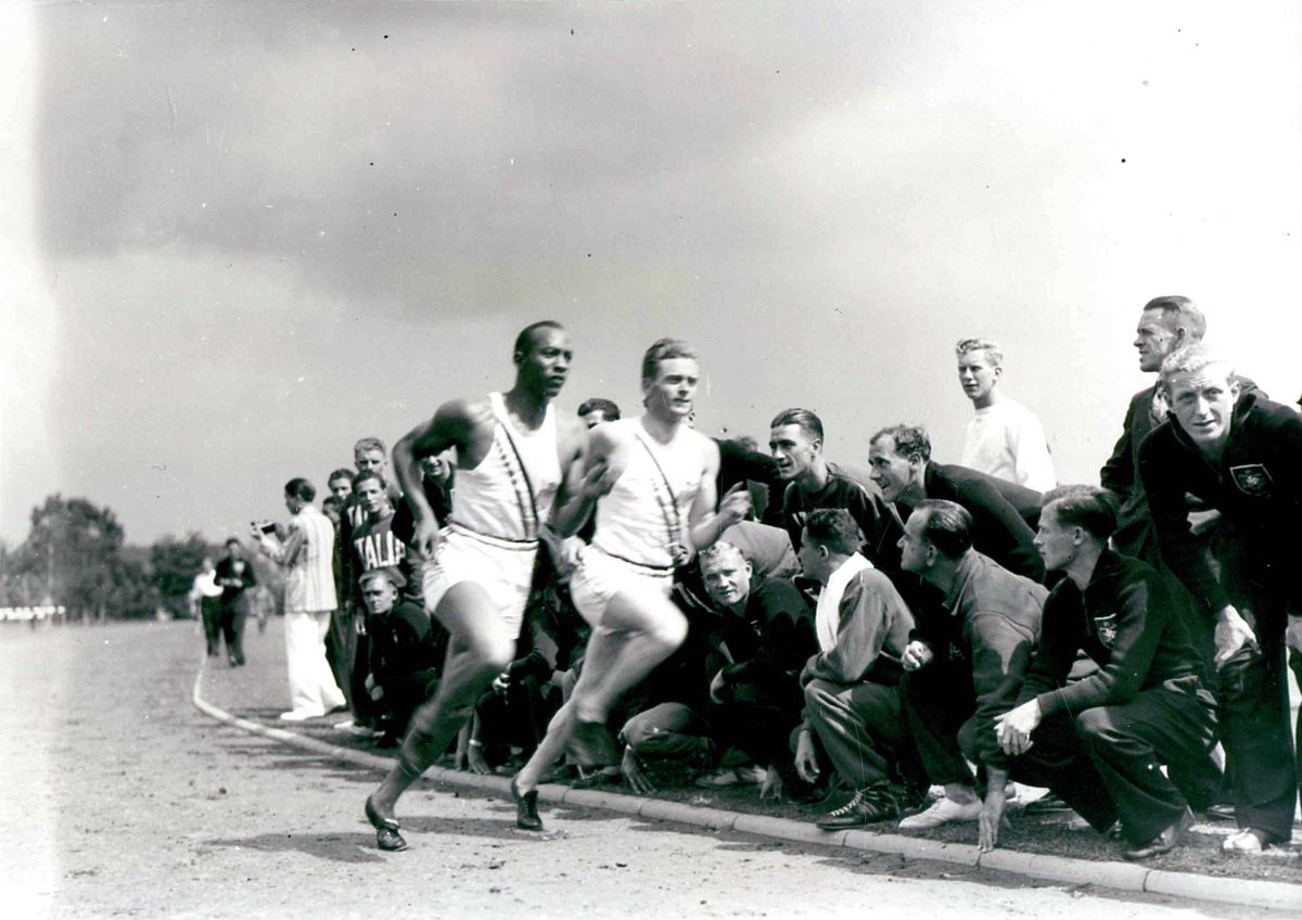 Photograph of Jesse Owens racing an opponent