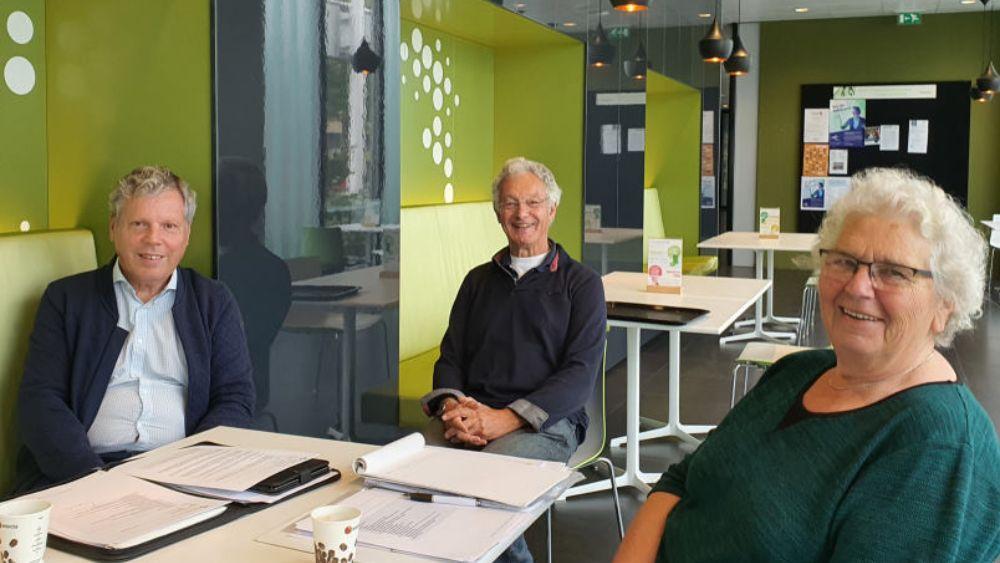 Het Dagelijks Bestuur van de Adviesraad sociaal domein. Links Peter Moors, rechts Elisabeth Romanillos en midden Jaap Kool