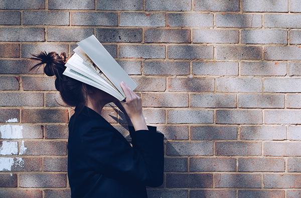 Foto (kleur) meisje met boek