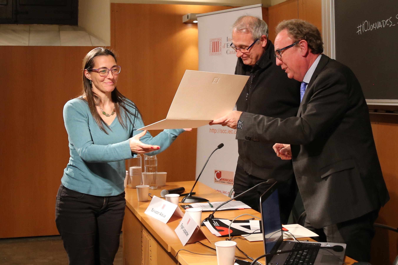 La investigadora Sara Rovira  recull el certificat acreditatiu del premi, lliurat per Salvador Alsius i Roger Loppacher.