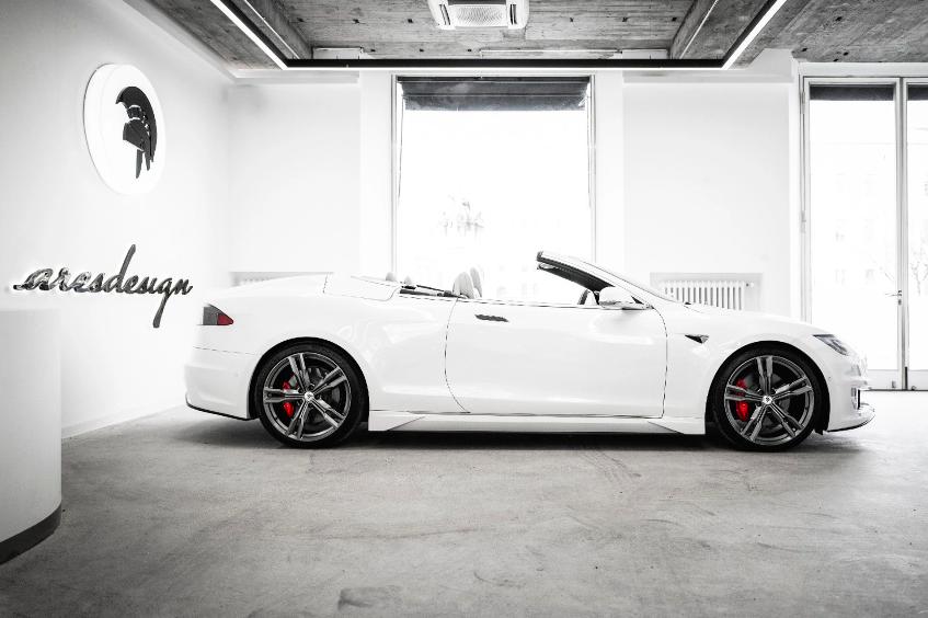 weißes Tesla Cabrio als E-Auto