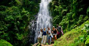 Ngare Sero. De repente un oasis Caminando un par de horas llegamos a la cascada, donde tomar un refrescante baño.
