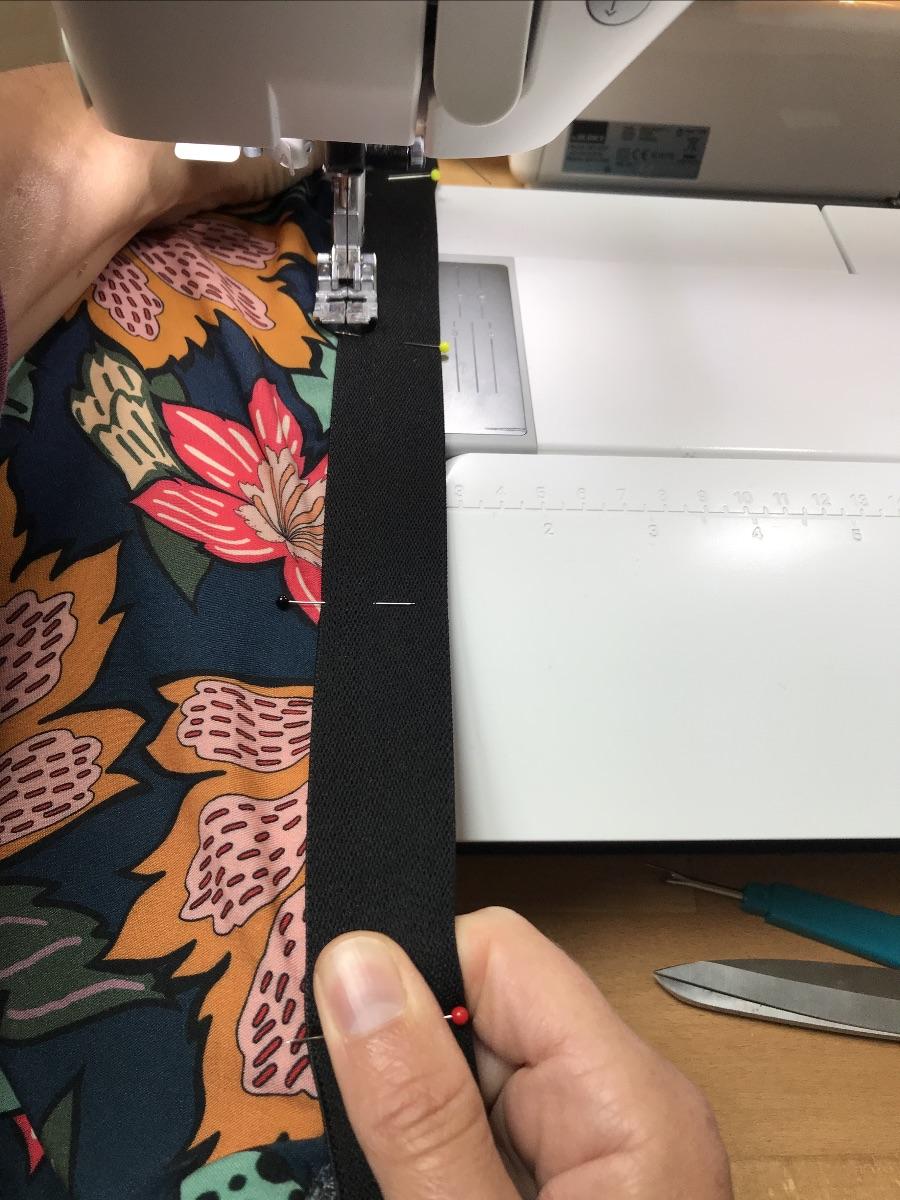 Rek de elastiek uit tijdens het naaien
