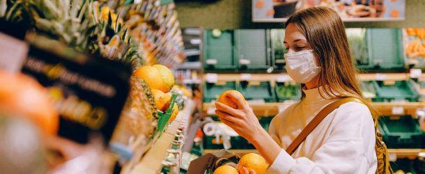 vrouw met mondkapje in supermarkt