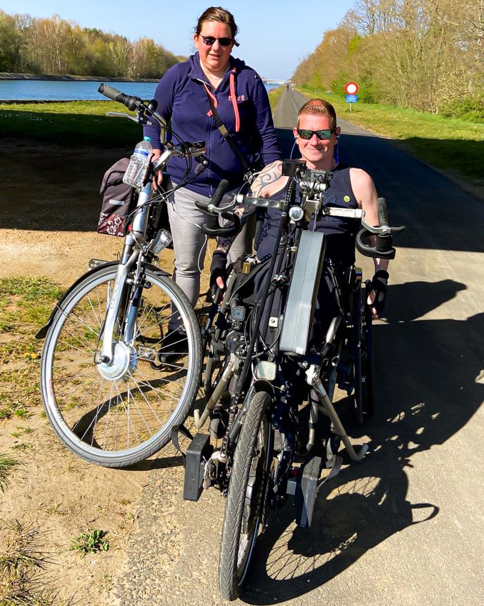 Kunde mit seiner Frau auf Handbike-Tour im Grünen