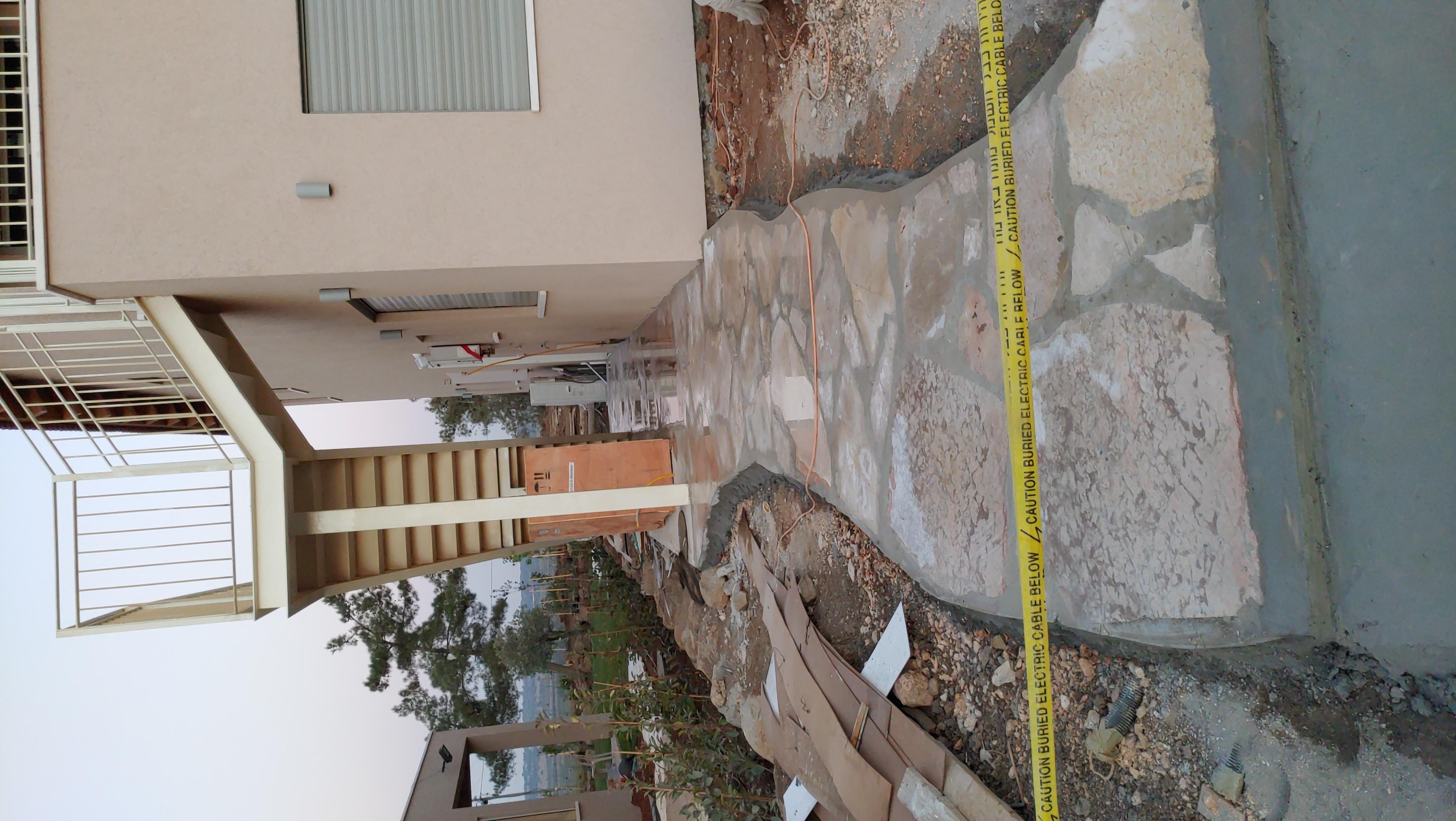 שביל אבן מהחניה ליחידת הדיור