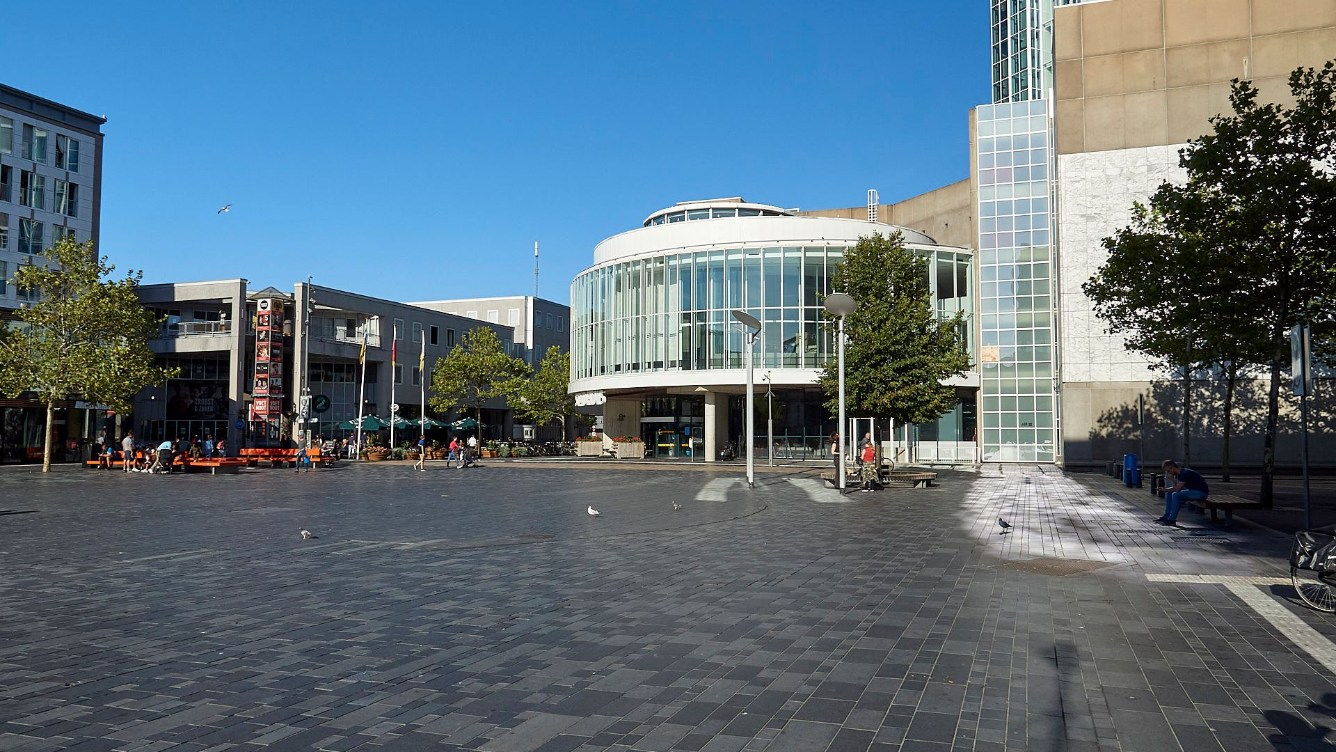 Foto van het stadhuisplein met het stadhuis op de achtergrond