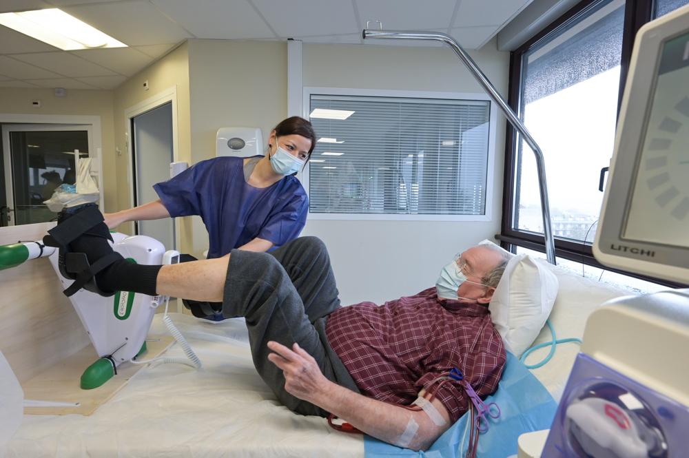 Un patient pédalant durant sa séance de dialyse