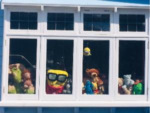 Image of teddy bears in window.