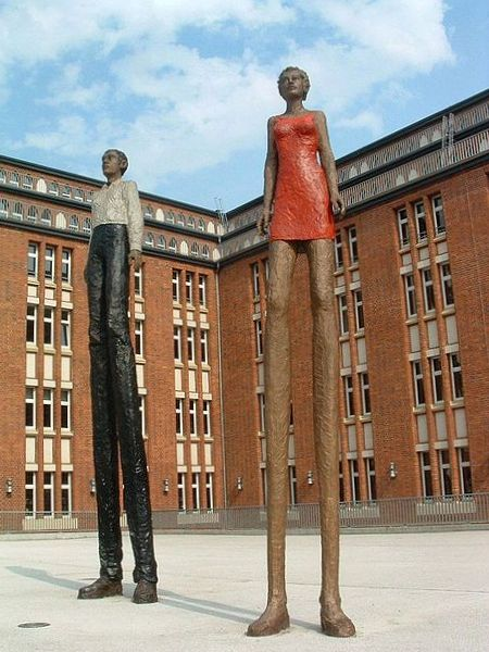 Stephan Balkenhol: Mann und Frau, Bronze (bemalt), 2004. Standort Zentralbibliothek Hamburg. Foto: Manfred Sauke