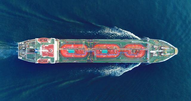 Schiff von oben im Ozean