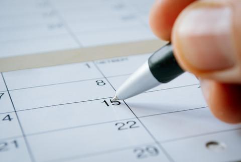 Billeder viser hånd som skriver i kalender