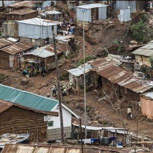 The impacts of climate change will increasingly heighten poverty and worsen living conditions for low-income urban communities such as this one in Nairobi (Photo: Ninara, via Wikimedia, CC BY 2.0)