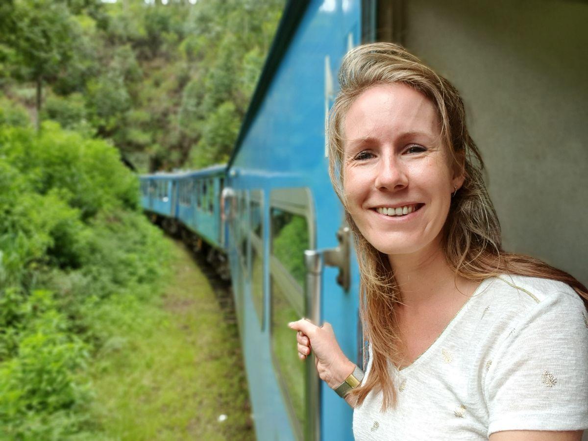 Rianne tijdens de treinreis van Kandy naar Ella