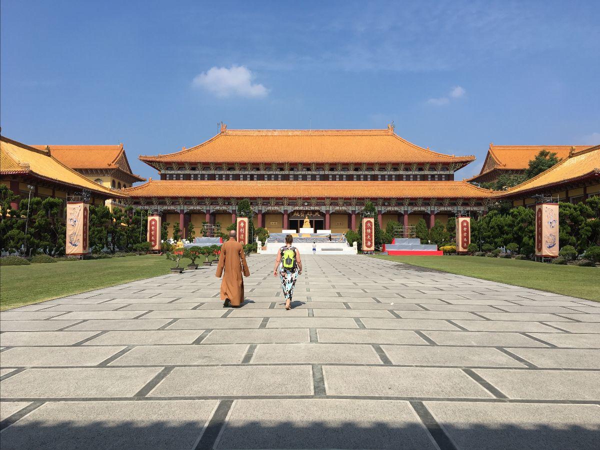 Collega Roselien tijdens haar bezoek in Foguangshan