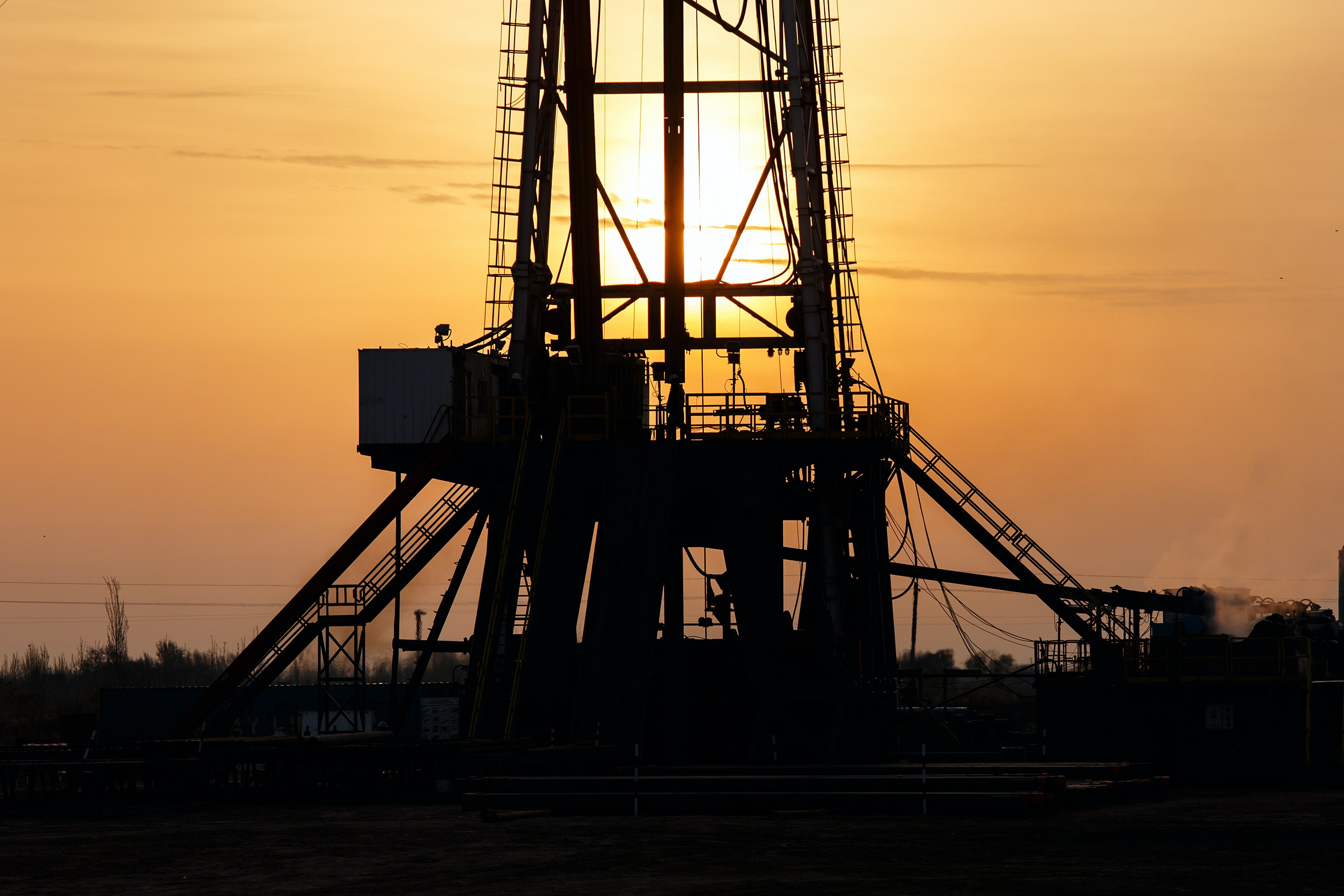 Image of an oil rig at sunset
